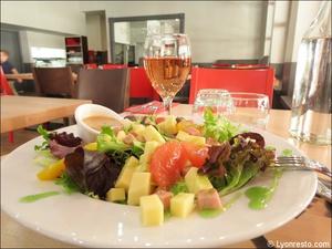2 salade entree plat restaurant burger and wine martiniere lyon Burger & Wine Martinière