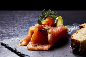 05 L Esprit Bistrot Part Dieu cuisine entree saumon citron pain assiette sel L'Esprit Bistrot Part Dieu