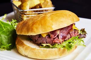 09 L Esprit Bistrot Part Dieu cuisine plat burger steak pain assiette frite bacon salade L'Esprit Bistrot Part Dieu