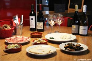 0076 table mise en scene restaurant bar a vin tapas la goutte lyon La Goutte