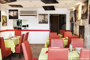 4 ensemble salle restaurant roumain la mama s i lyon La Mama S&I