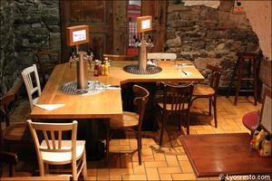 1 salle caveau restaurant pub vieux lyon mouss tache La Mouss'tache