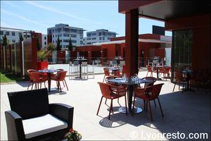 002 terrasse piscine restaurant lyon st priest rose des vents kyriad buffet gastronomique La Rose des Vents