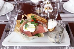 05 salade mozza feuille brick entree plat restaurant tassin la demi lune la suite La Suite