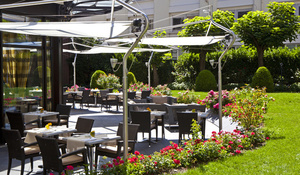 01 terrasse jardin Le Lounge Reine Astrid Lyon restaurant Le Lounge  Warwick Reine Astrid
