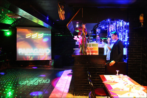 1 salle comptoir bar restaurant dansant karaoke festif papagayo lyon Le papagayo