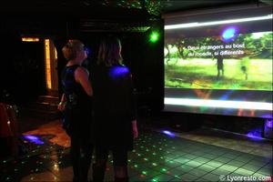 7 ecran salle chant restaurant dansant karaoke festif papagayo lyon Le papagayo