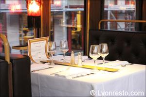 2 table interieur lyon trolley des lumieres selection Le Trolley des Lumières