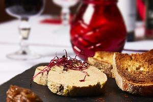 002 Le Vieux Lyon entree foie gras pain oignon Le Vieux Lyon