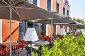 02 Au Petit Grillon terrasse parasol lampe arbre Restaurant Au Petit Grillon