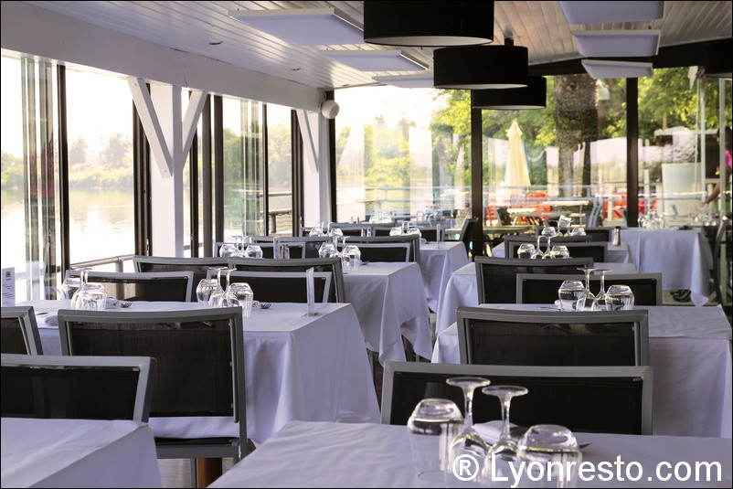 Au bord de l 39 eau restaurant d cines charpieu menu for Terrasse de restaurant couverte