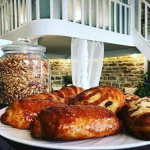 Kaova Cafe Petit dejeuner croissant pain chocolat granola Kaova café