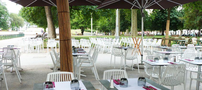 Les terrasses de restaurant près d'une place à Lyon