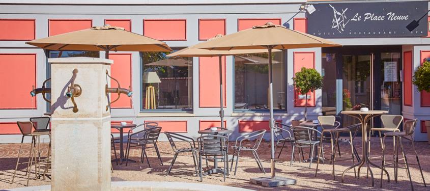 Terrasse du restaurant Le Place Neuve à Brullioles